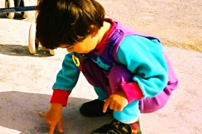Child - Wikimedia commons - Walter de Maria Vertikaler Erdkilometer